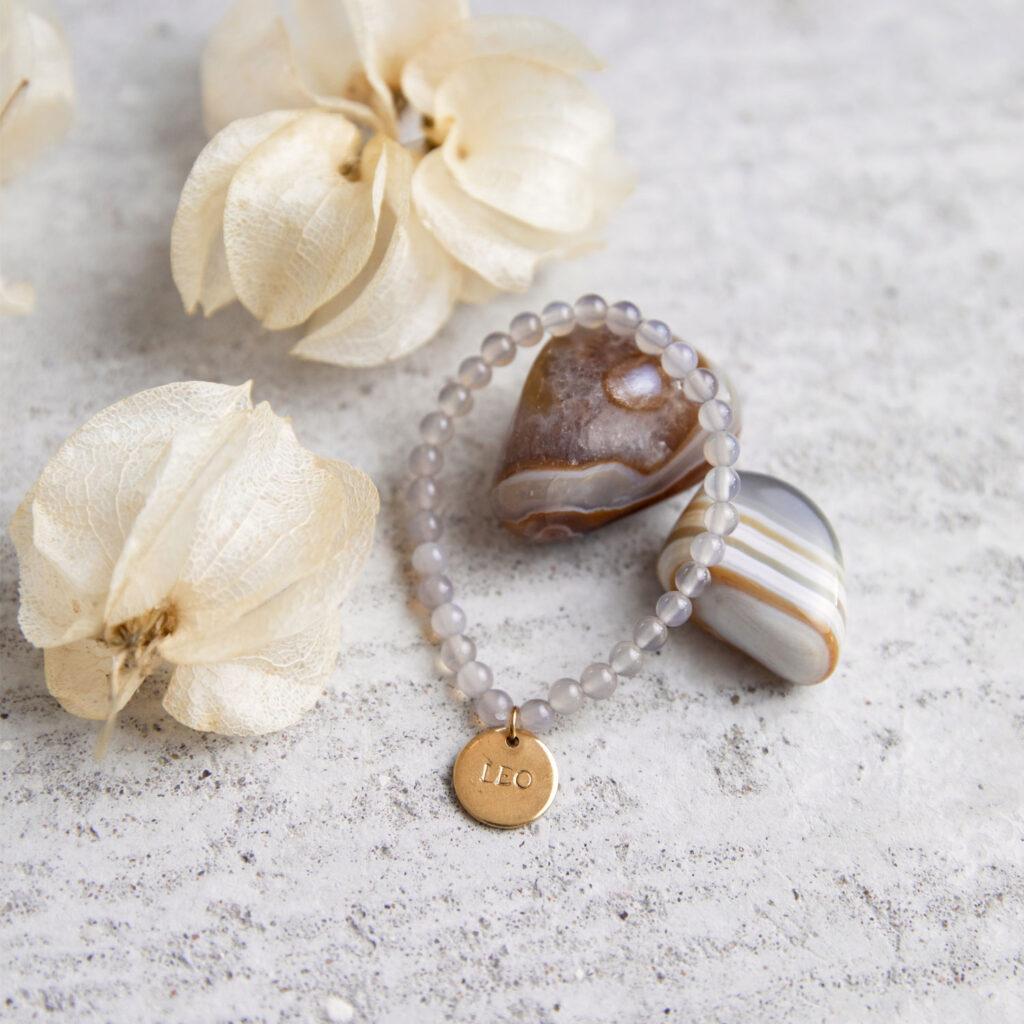 DEIN SUPERHELD GANESHA Kinder-Armband mit Achat Steinen und goldenem NAIONA Plättchen. Achat Steine, Trockenblumen, Kinderarmband.