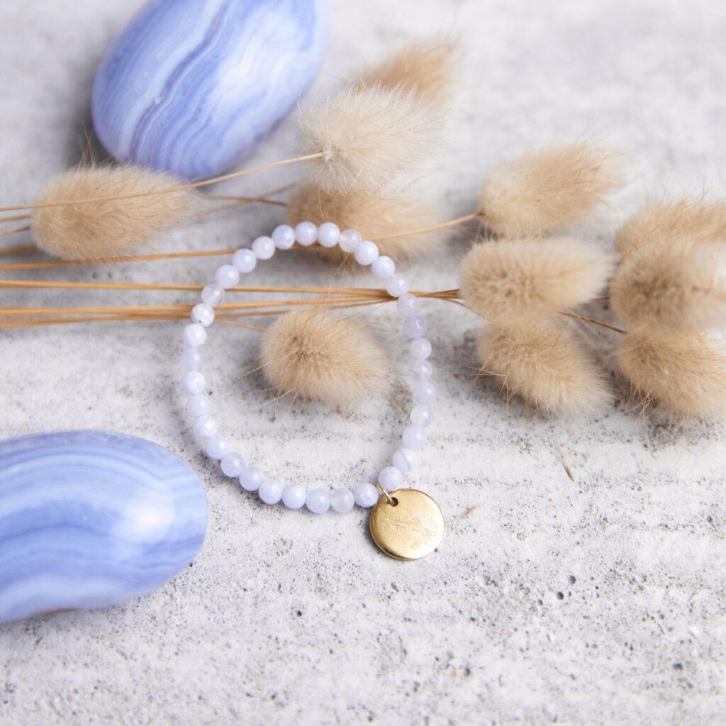 KLARE WORTE – TRAU DICH! Kinder-Armband mit Chalcedon Steinen und goldenem NAIONA Plättchen. Chalcedon Steine, Trockenblumen, Kinderarmband.