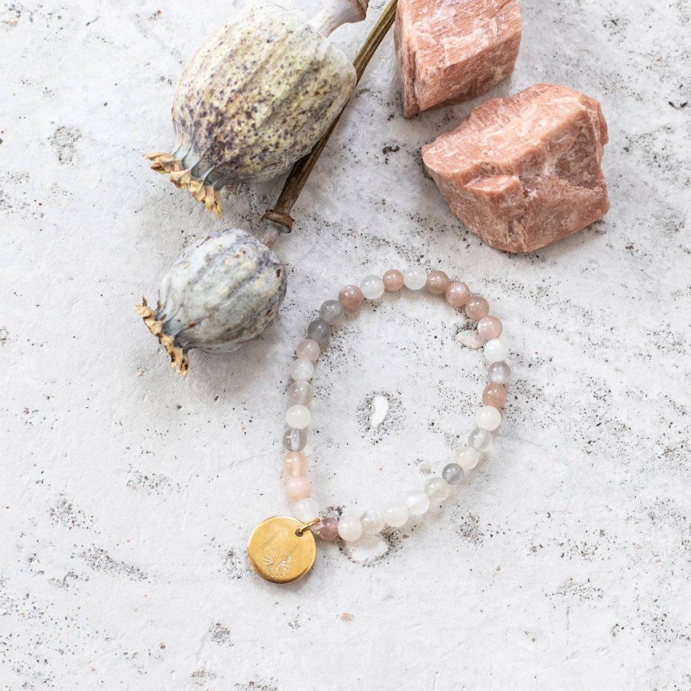 SPIELERISCHE INTUITION Kinder-Armband mit Mondstein und goldenem NAIONA Plättchen. Mondsteine, Trockenblumen, Kinderarmband, Malaarmband.