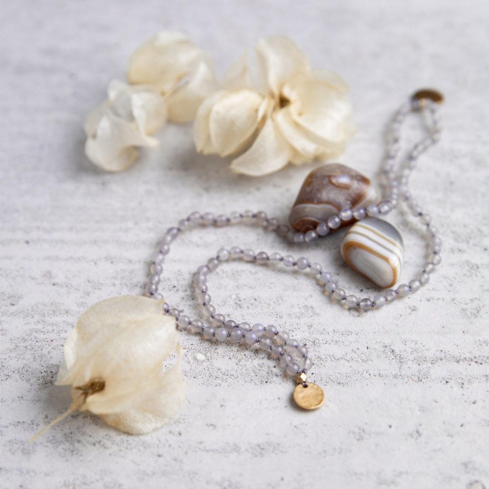 DEIN SUPERHELD GANESHA Kinder-Mala mit Achat Steinen und goldenen NAIONA Plättchen und Perlen. Kindermala, Achat Steine und Trockenblumen.