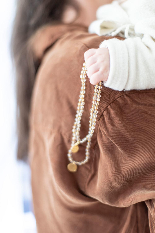 KINDLICHE LEBENSFREUDE Kinder-Mala mit Citrin Steinen und goldenen NAIONA Plättchen. Kinderhand, Hemd, Kindermala.