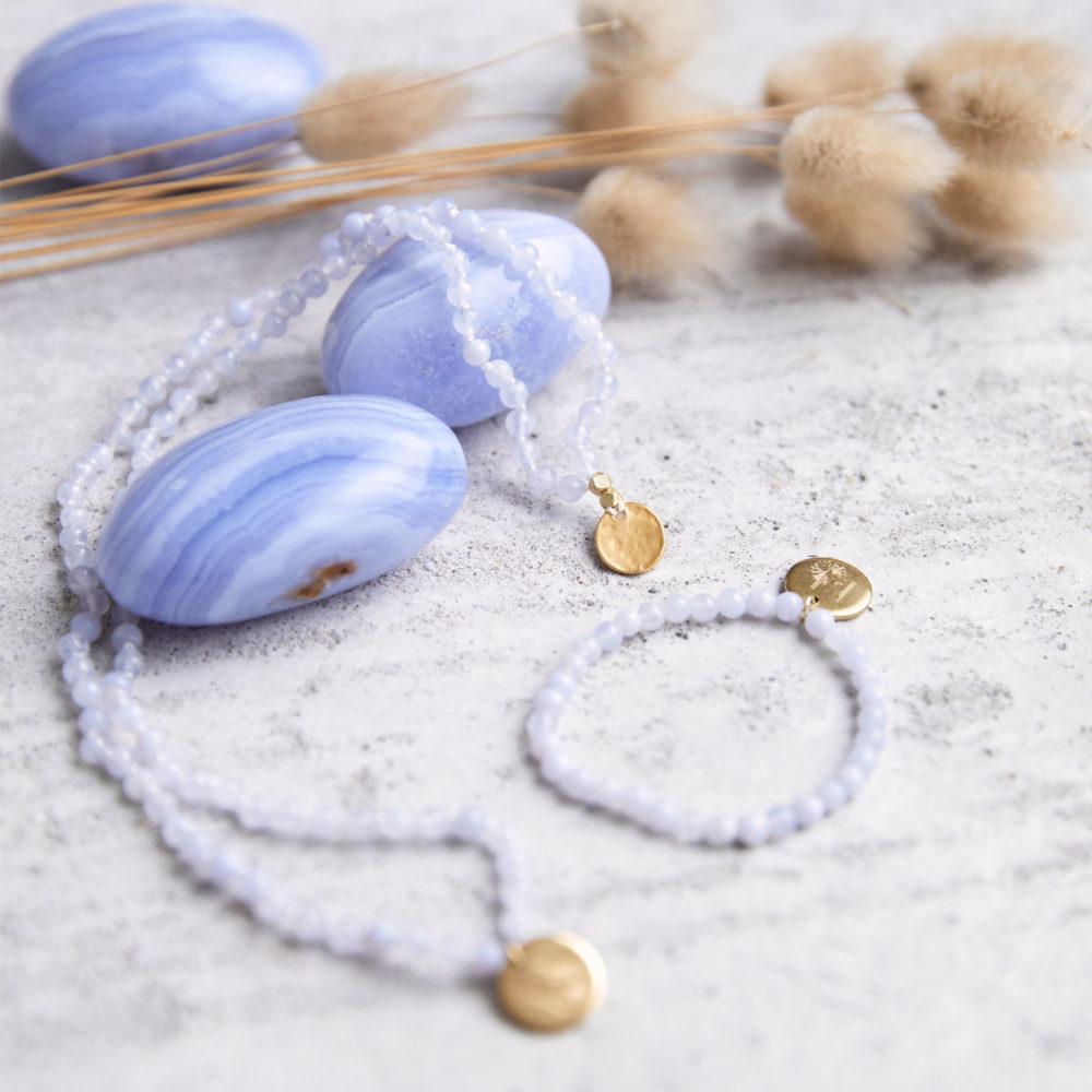 KLARE WORTE – TRAU DICH! Kinder-Mala und Kinder-Armband mit Chalcedon Steinen und goldenen NAIONA Plättchen und Perlen. Kindermala, Kinderarmband, Chalcedon Steine und Trockenblumen.