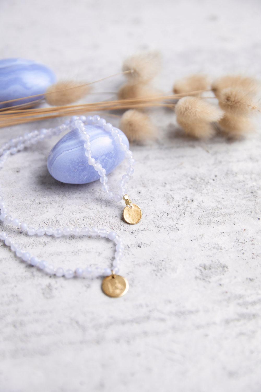 KLARE WORTE – TRAU DICH! Kinder-Mala mit Chalcedon Steinen und goldenen NAIONA Plättchen und Perlen. Chalcedon Steine, Kindermala und Trockenblumen.