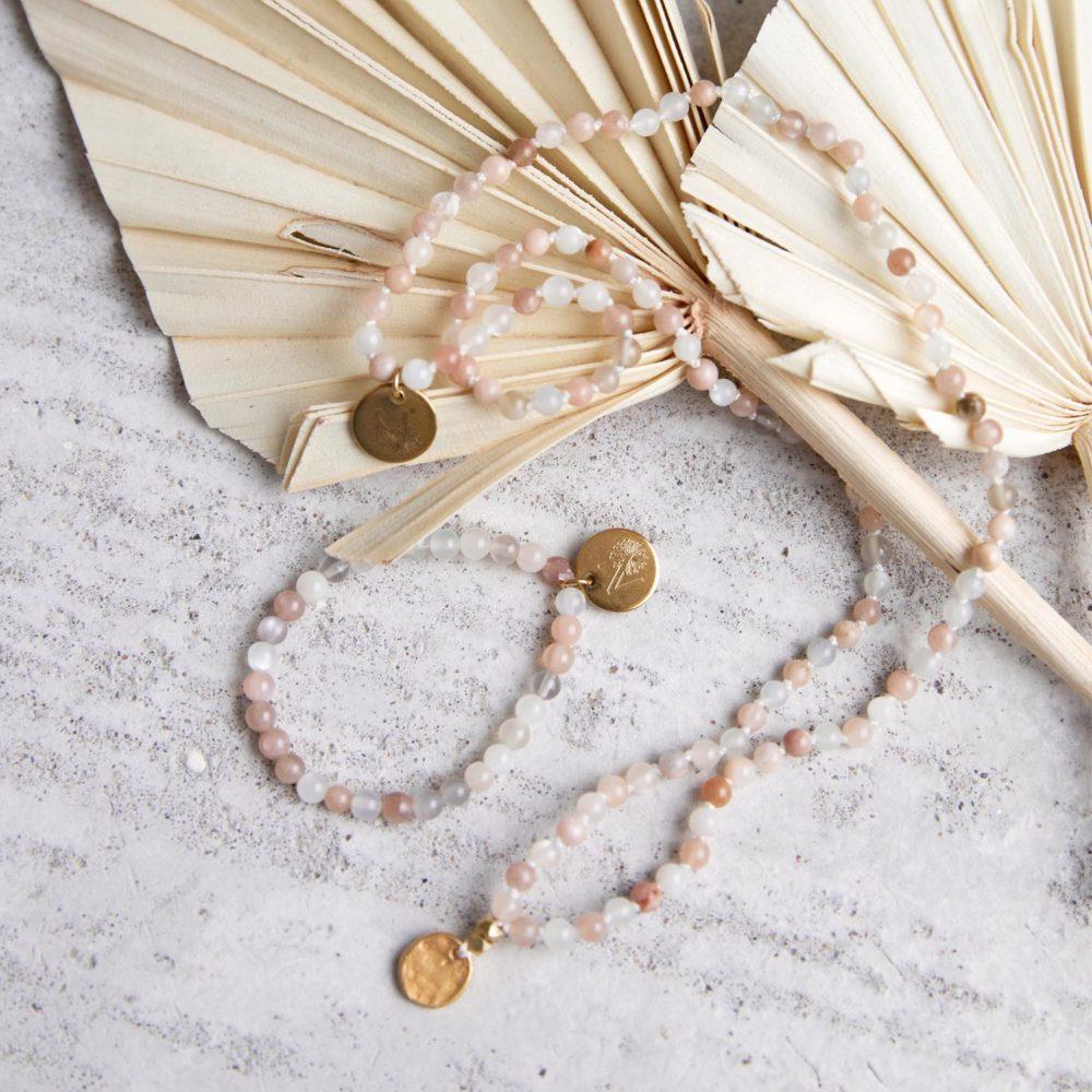 SPIELERISCHE INTUITION Kinder-Mala und Kinder-Armband mit Mondstein und goldenen NAIONA Plättchen und Perlen. Trockenblumen, Kindermala, Kinderarmband.
