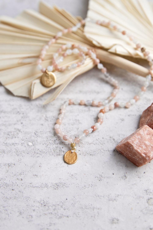 SPIELERISCHE INTUITION Kinder-Mala mit Mondstein und goldenen NAIONA Plättchen und Perlen. Mondsteine, Trockenblumen, Kindermala.