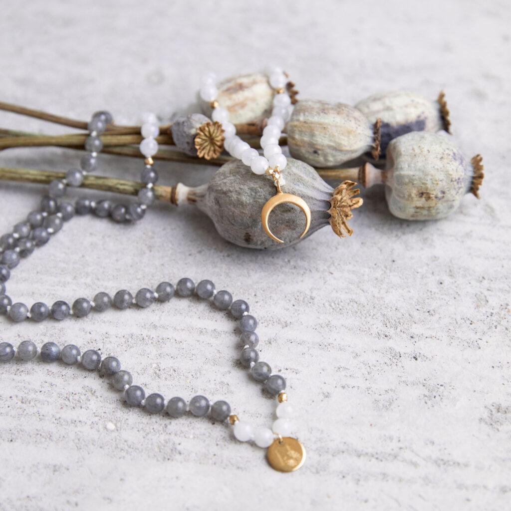 CREATE YOUR MAGIC Mala aus weißen und grauen Labradorit Steinen mit goldenem Mond, NAIONA Plättchen und Perlen und getrockneten Mohnblumen.