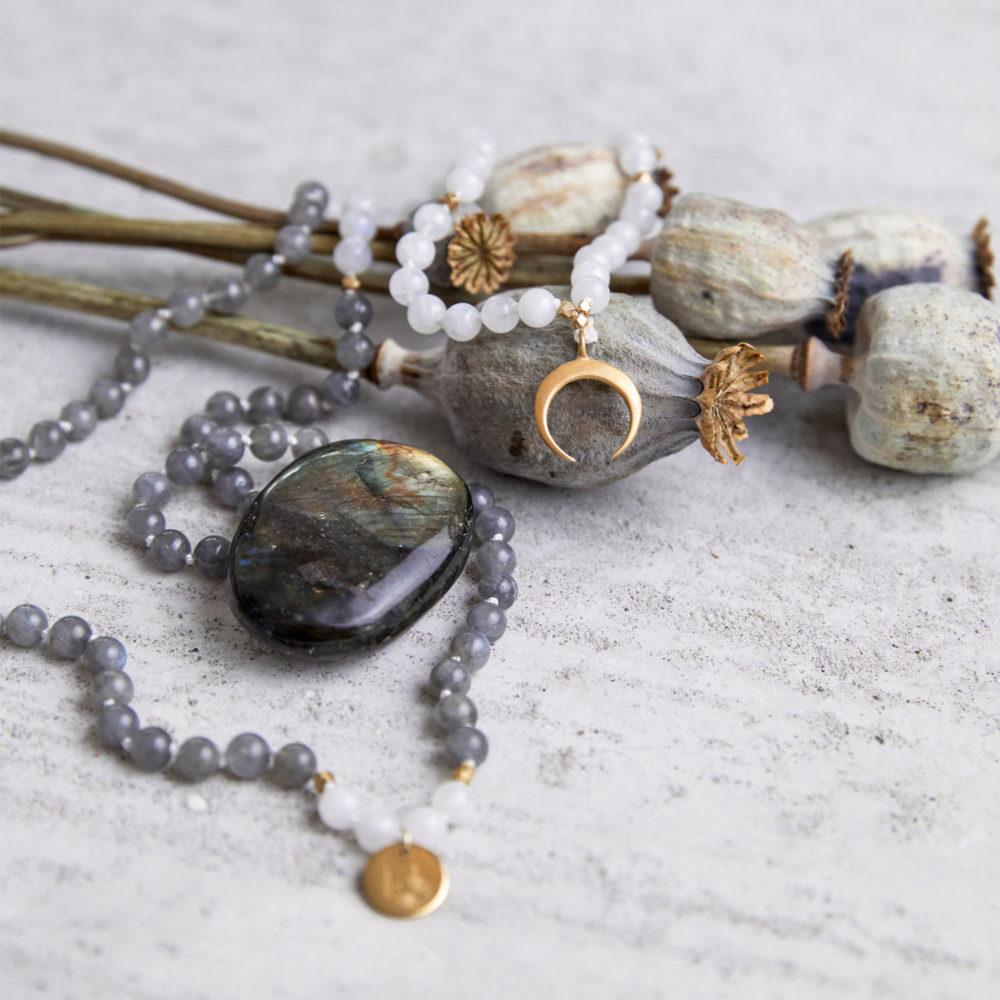 CREATE YOUR MAGIC Mala aus weißen und grauen Labradorit Steinen mit goldenem Mond, NAIONA Plättchen und Perlen und Labradorit Stein und getrockneten Mohnblumen.