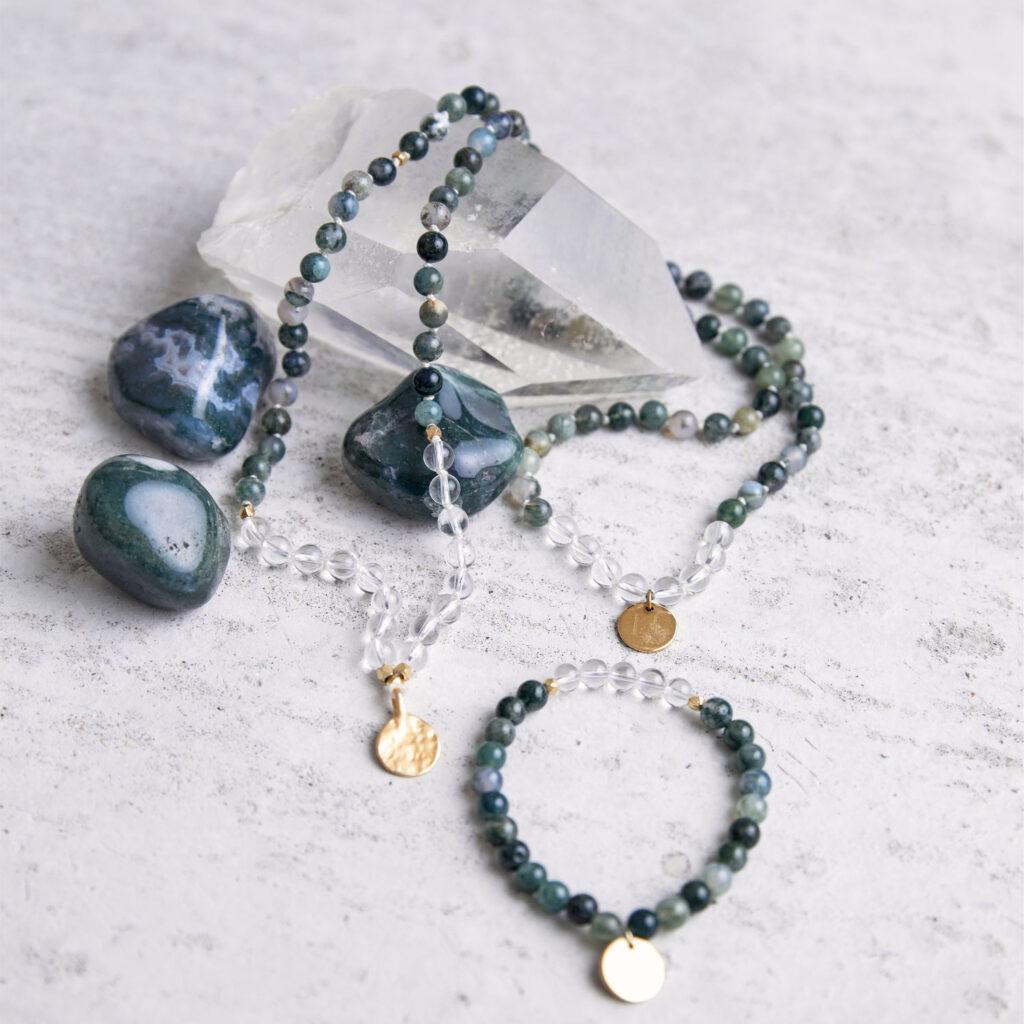 FREE YOURSELF Mala aus Moosachat und Bergkristall Steinen mit goldenen Perlen und NAIONA Plättchen und Moosachat Steinen und Bergkristallspitze.