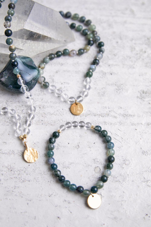FREE YOURSELF Mala aus Moosachat und Bergkristall Steinen mit goldenen Perlen und NAIONA Plättchen und Moosachat Stein und Bergkristallspitze.