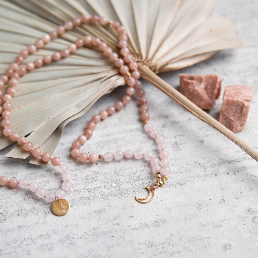 MENTAL MAGIC Mala aus Mondsteinen und Rosenquarz Steinen mit goldenem Mond, NAIONA Plättchen Perlen und Mondsteine und Trockenblumen.
