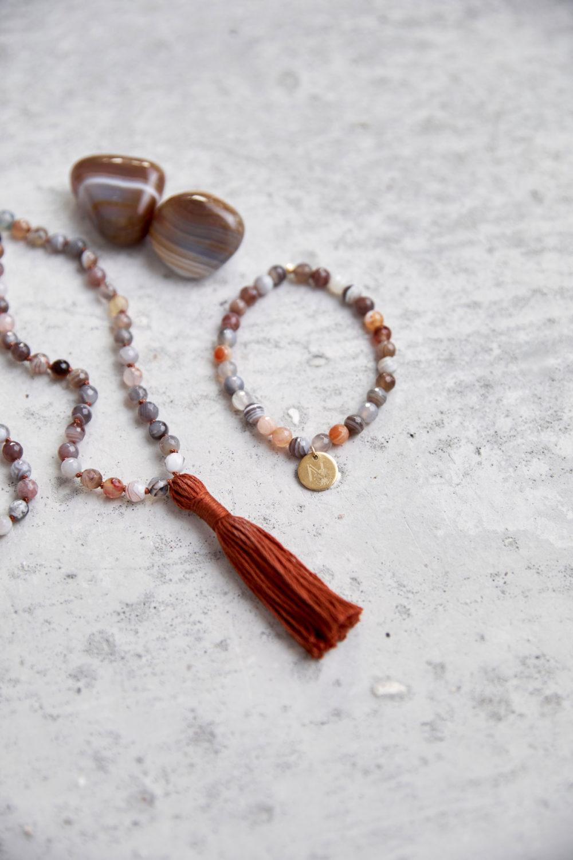 BALANCE Mala aus Achat Steinen mit Quaste und Armband aus Achat Steinen mit goldenem NAIONA Plättchen und Achat Steine.