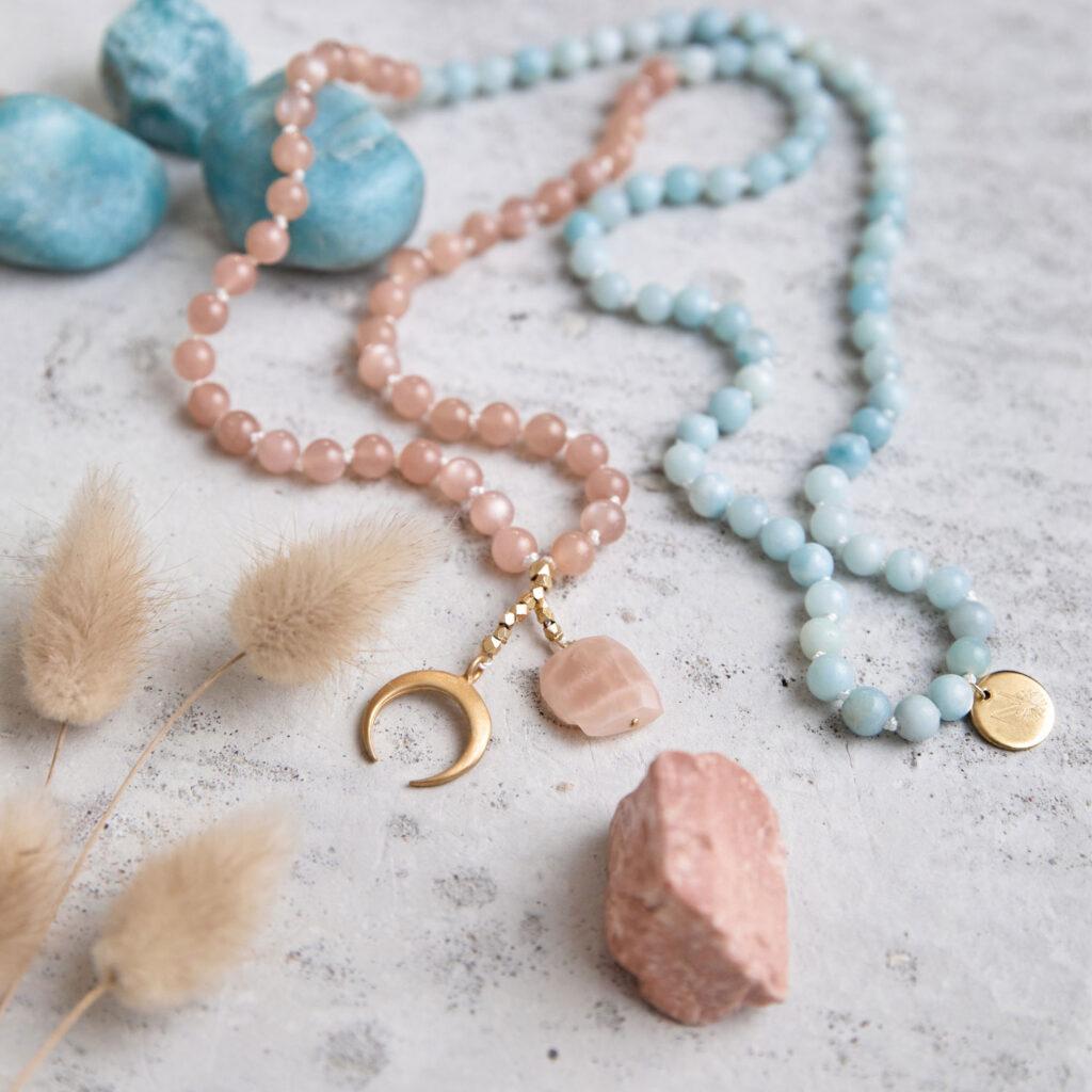 BEAUTIFUL LIFE Mala aus Mondsteinen und Amazonit Steinen mit Mondstein und goldenem Mond, Perlen und NAIONA Plättchen und Mondstein, Amazonit Steine und Trockenblumen.