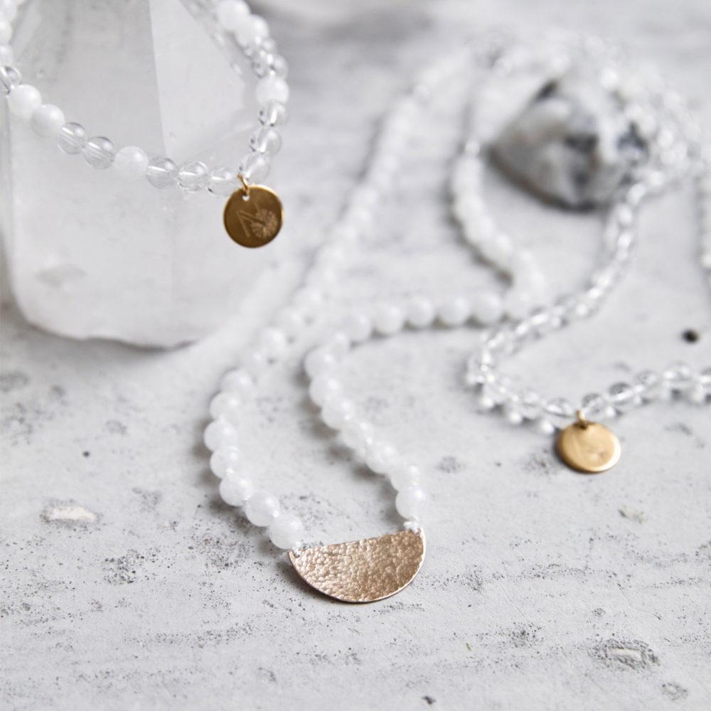 CLEAR SEEING Mala und Armband aus weißen Mondsteinen und Bergkristall Steinen mit goldenen NAIONA Plättchen und Bergkristallspitzen und Mondstein.