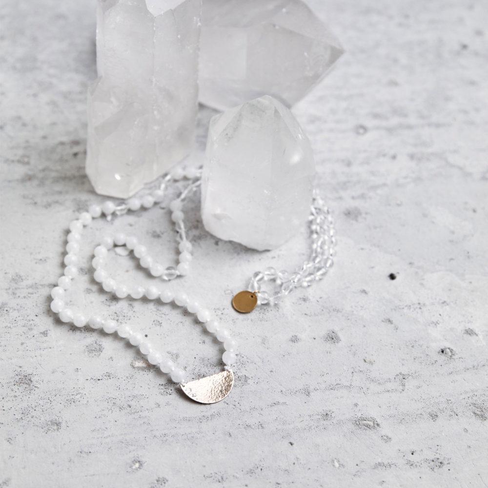 CLEAR SEEING Mala aus weißen Mondsteinen und Bergkristall Steinen mit goldenem Halbmond und NAIONA Plättchen und Bergkristallspitzen.