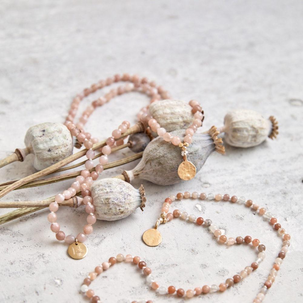 COMING HOME Mala aus Mondsteinen mit goldenen NAIONA Plättchen und Perlen und getrocknete Mohnblumen.