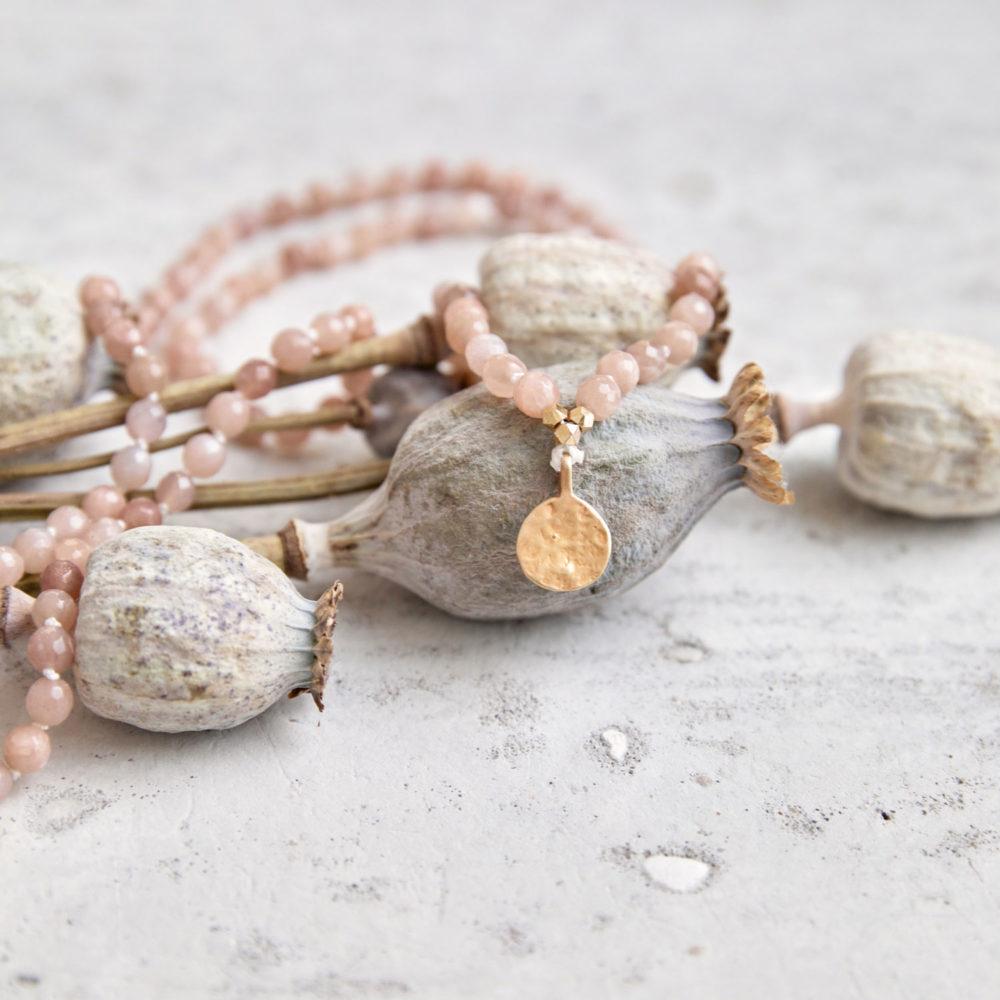 COMING HOME Mala (regular) aus Mondsteinen mit goldenen NAIONA Plättchen und Perlen und getrocknete Mohnblumen.
