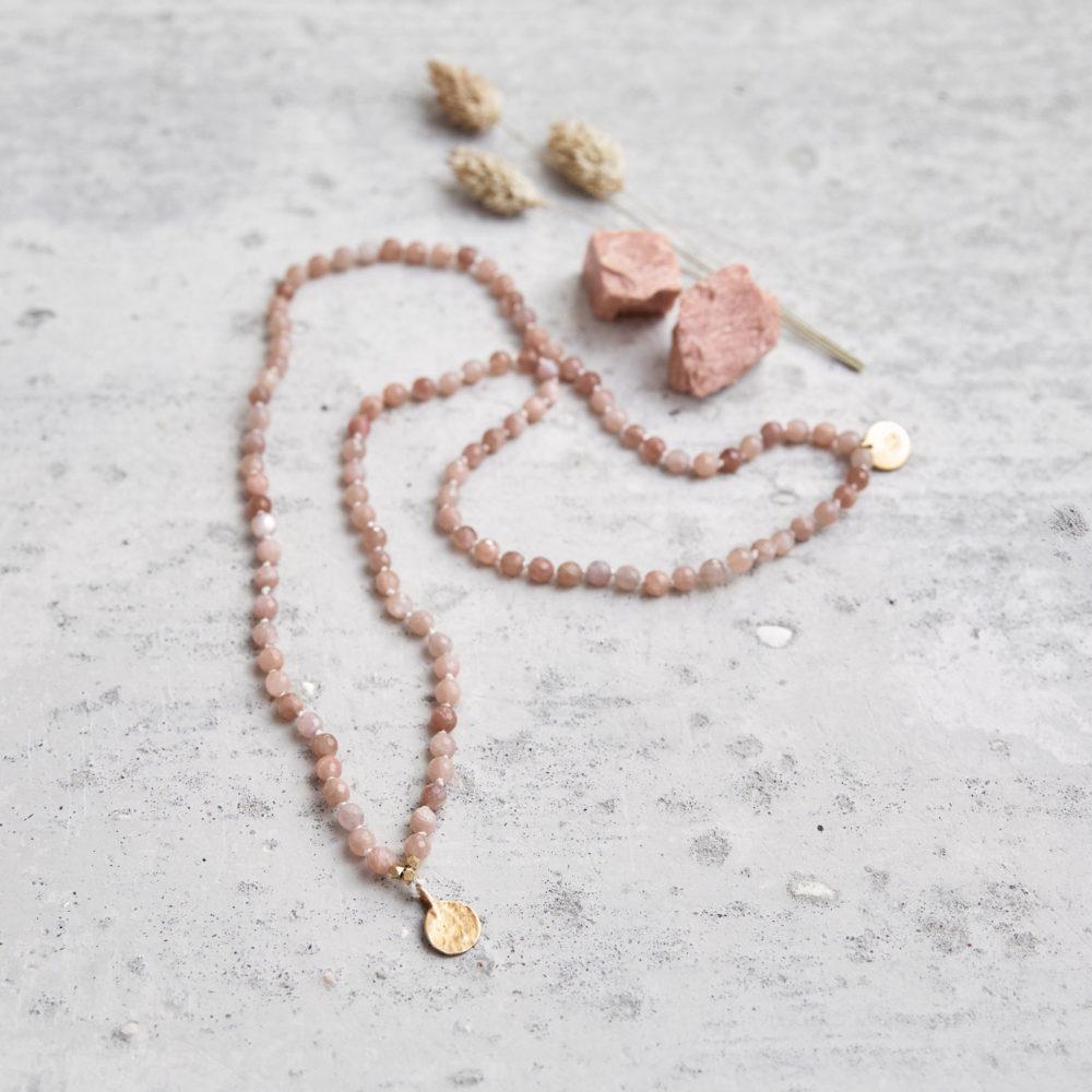 COMING HOME Mala (regular) aus Mondsteinen mit goldenen NAIONA Plättchen und Perlen und Mondsteine und Trockenblumen.
