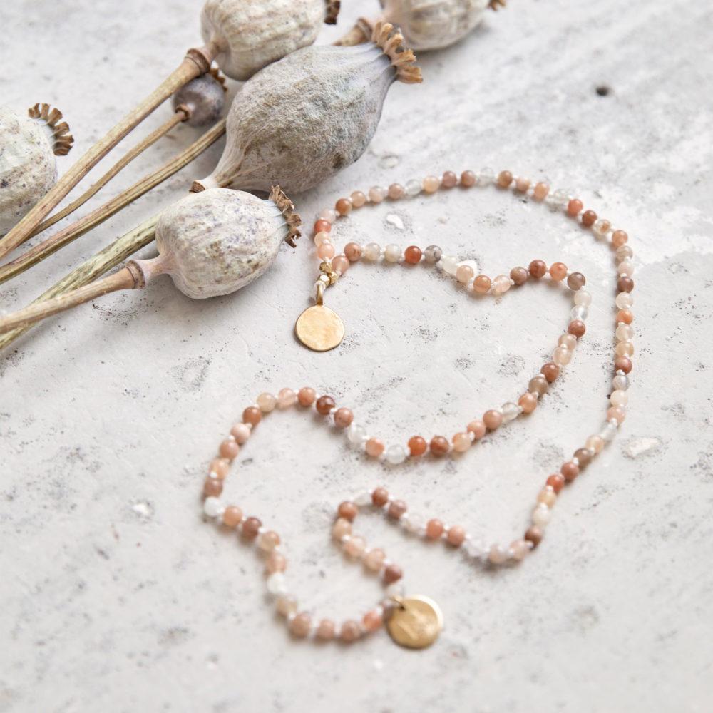 COMING HOME Mala (small) aus Mondsteinen mit goldenen NAIONA Plättchen und Perlen und getrockneten Mohnblumen.