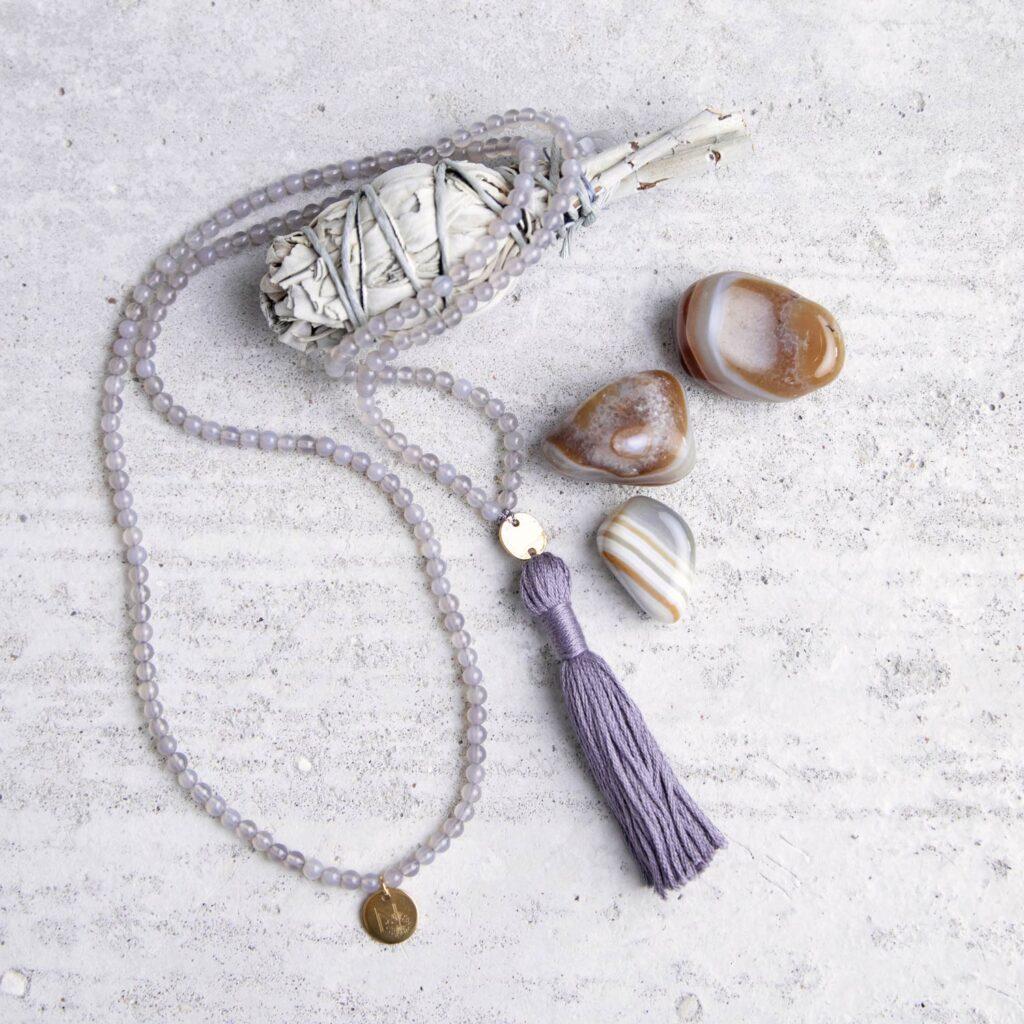 CONSCIOUS MIND Mala aus Achat Steinen mit goldenen NAIONA Plättchen und Quaste und Achat Steinen und weißer Salbei.