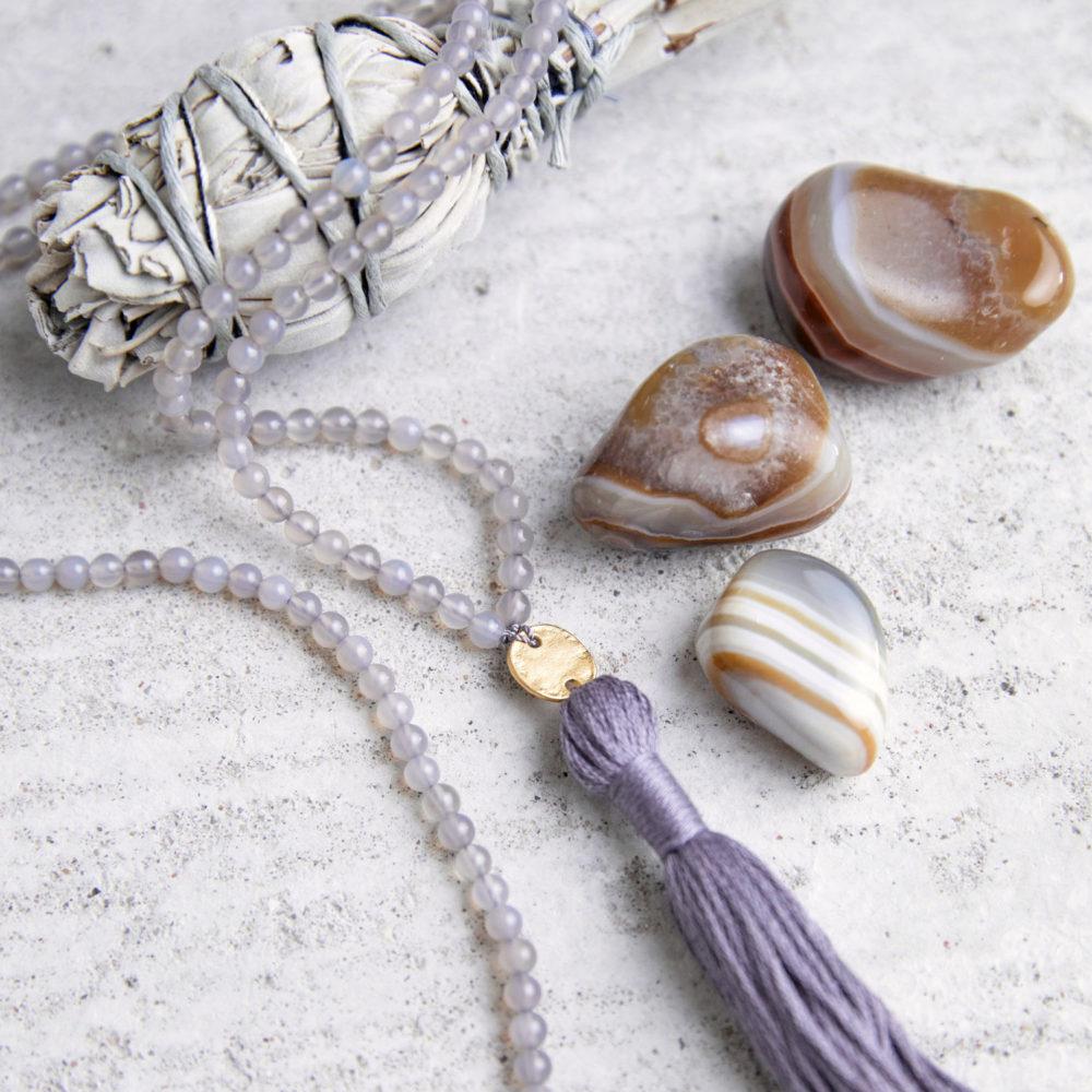CONSCIOUS MIND Mala aus Achat Steinen mit goldenem NAIONA Plättchen und Quaste und Achat Steinen und weißer Salbei.