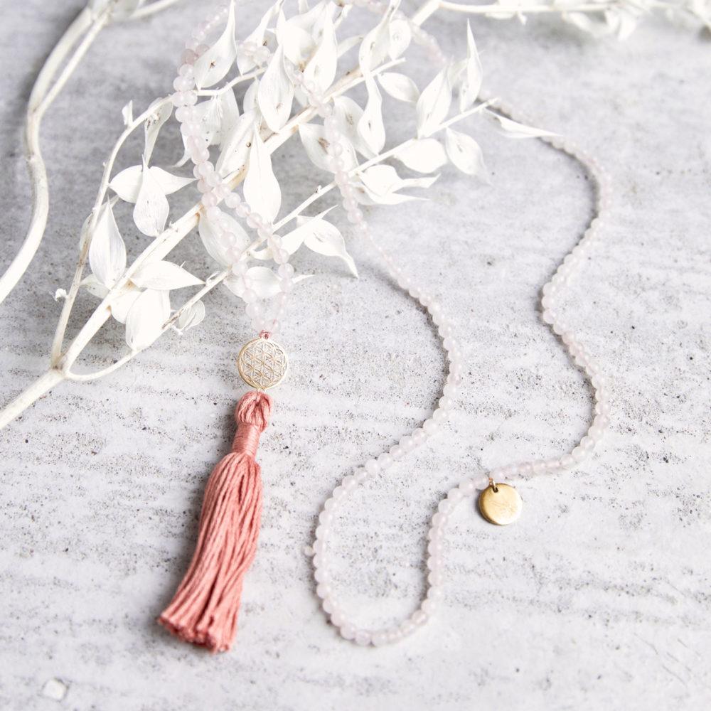 FLOWER OF LIFE Mala Rosenquarz aus Rosenquarz Steinen mit Quaste und goldener Lebensblume und NAIONA Plättchen und Trockenblumen.