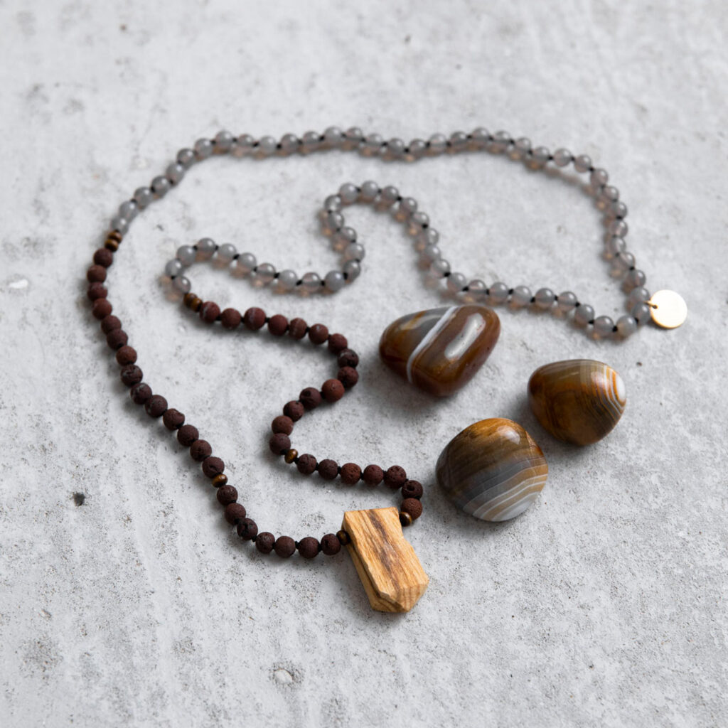 GREAT SPIRIT Mala aus Achat und Lava Steinen mit Holzperlen, Palo Santo Spitze und goldenem Plättchen und Achat Steine, NAIONA.