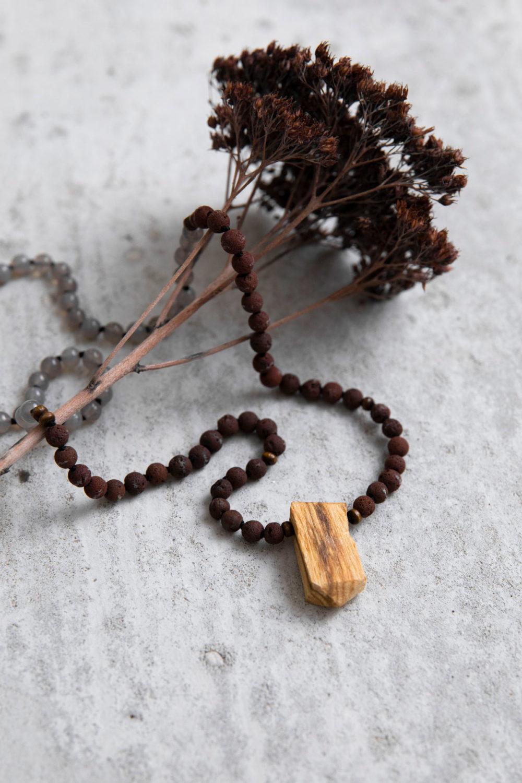 GREAT SPIRIT Mala aus Achat und Lava Steinen mit Holzperlen und Palo Santo Spitze und Trockenblumen, NAIONA.