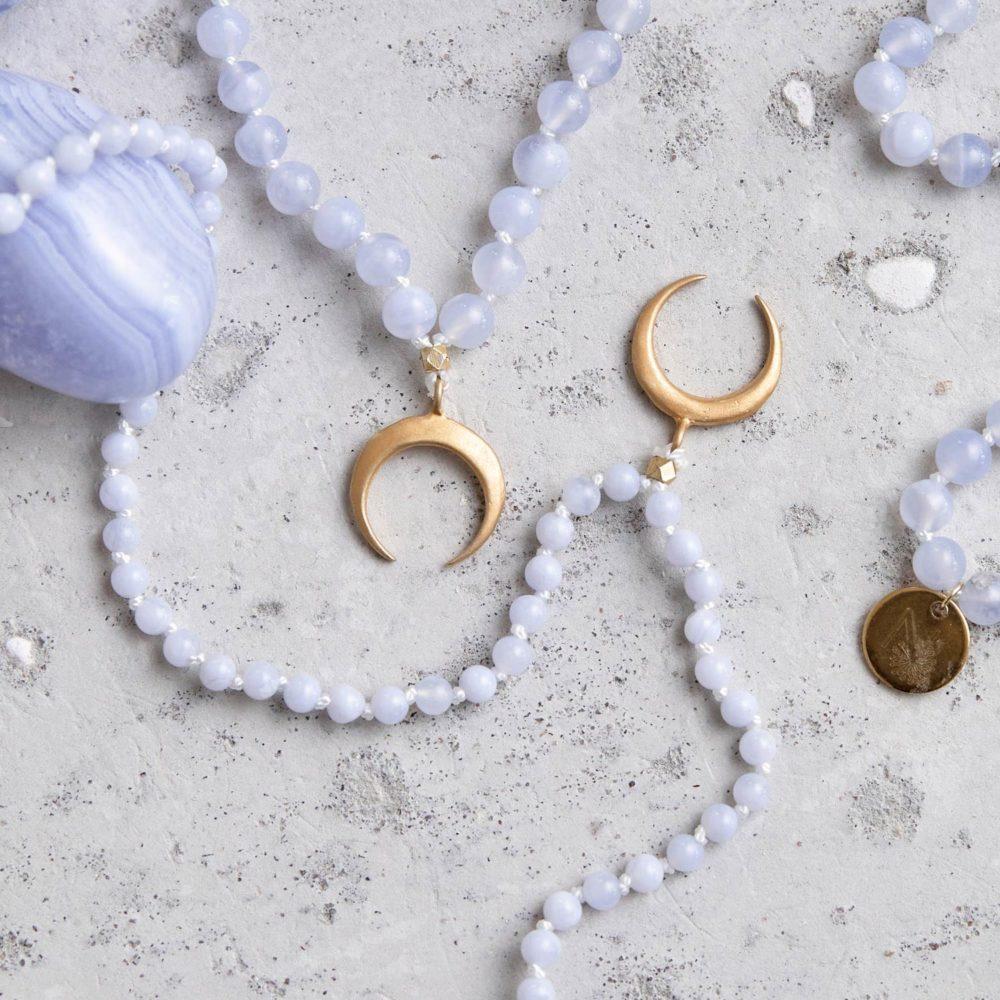 GROWTH Mala aus Chalcedon Steinen mit goldenem Mond und NAIONA Plättchen und Chalcedon Stein.