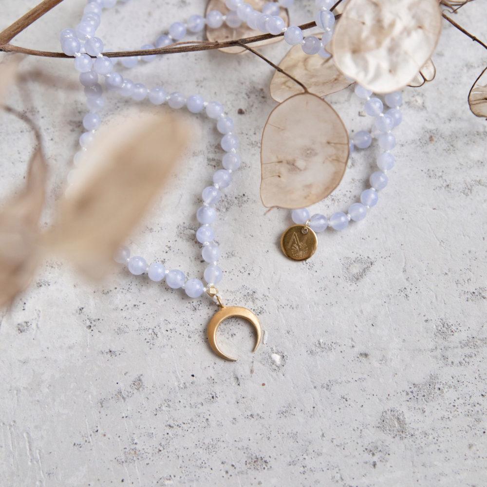 GROWTH Mala (regular) aus Chalcedon Steinen mit goldenem Mond und NAIONA Plättchen und Trockenblumen.