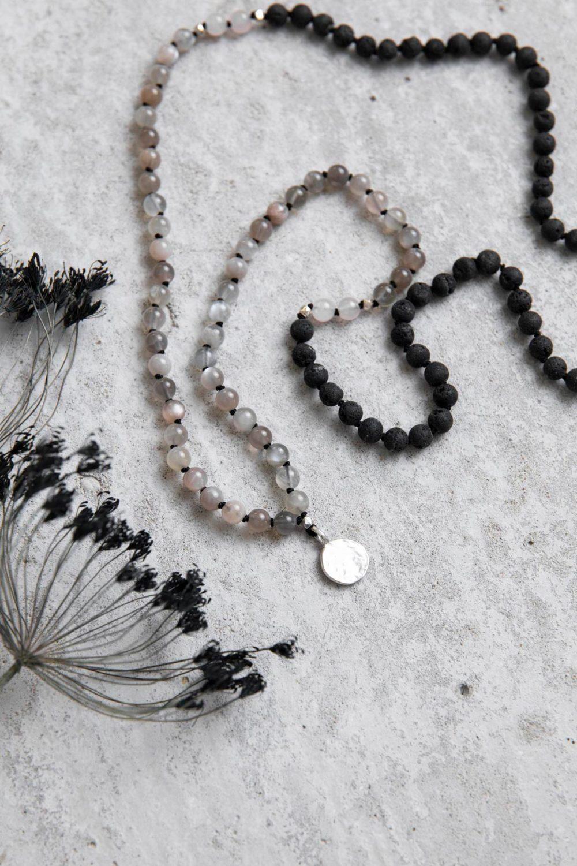 HEART WIDE OPEN Mala aus grauen Mondsteinen, Lava und Rosenquarz Steinen mit silbernen NAIONA Plättchen und Perlen und Trockenblumen.