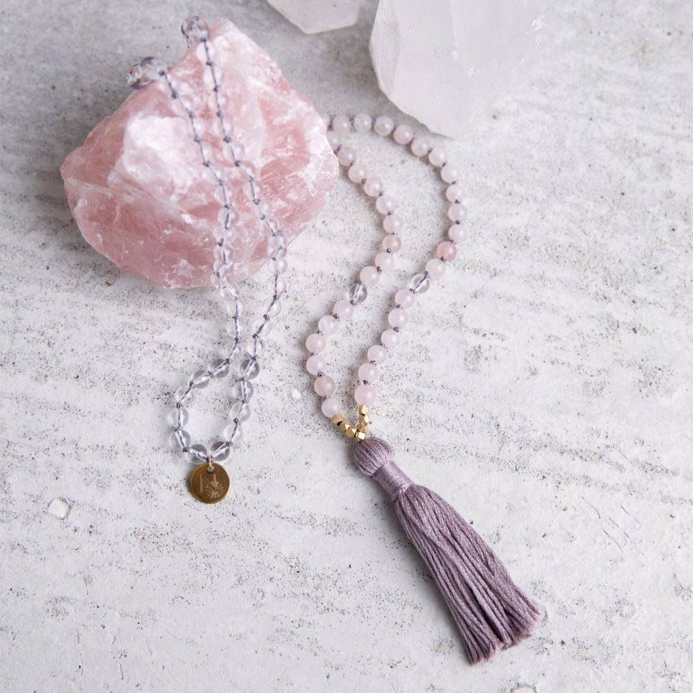 HIGHER SELF Mala aus Rosenquarz und Bergkristall Steinen mit goldenen Perlen und NAIONA Plättchen und Quaste und Rosenquarz und Bergkristall Steine.