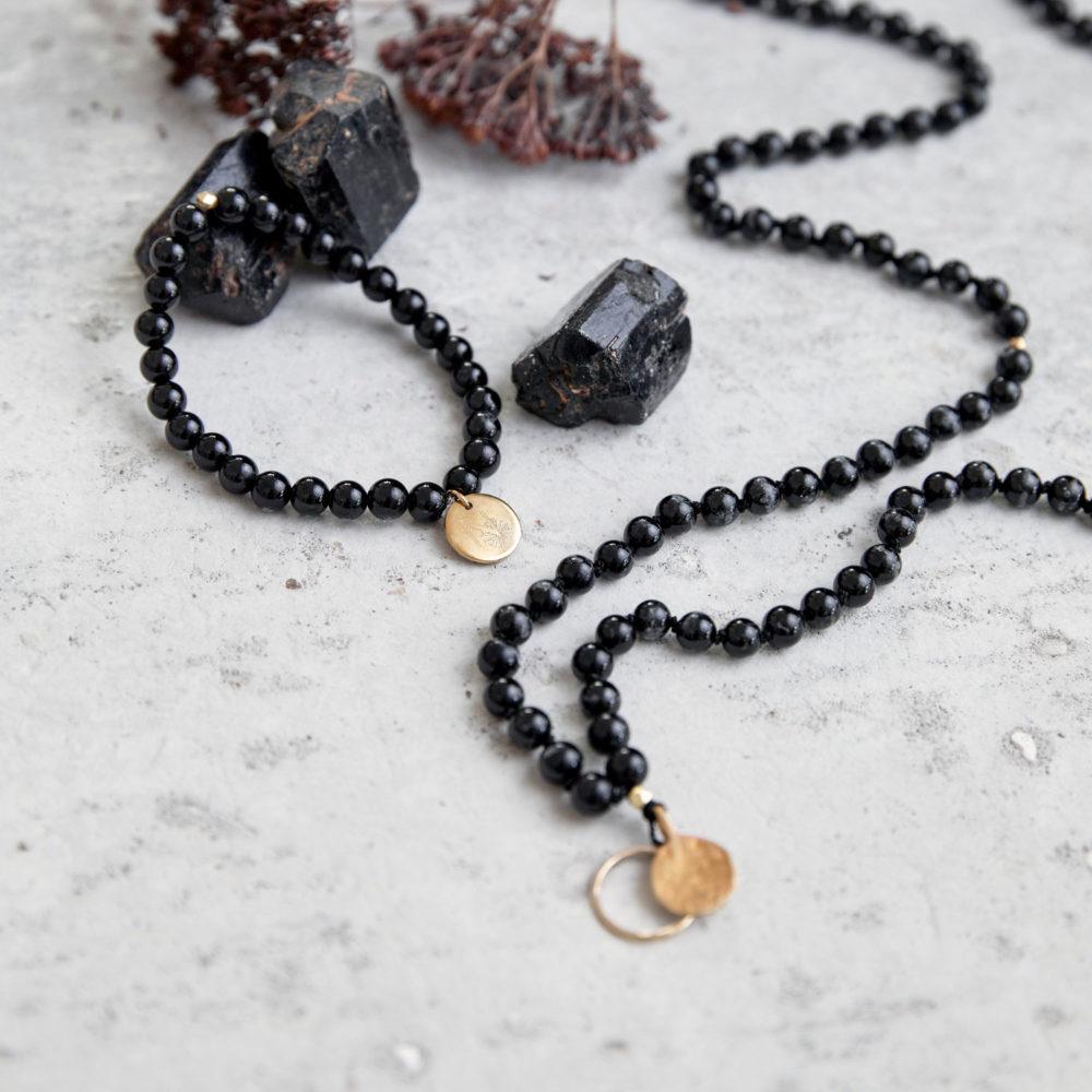INNER PEACE KEEPER Mala und Armband aus schwarzen Turmalin Steinen mit goldenen NAIONA Plättchen, Kreis und Perlen und Turmalin Steine und Trockenblumen.