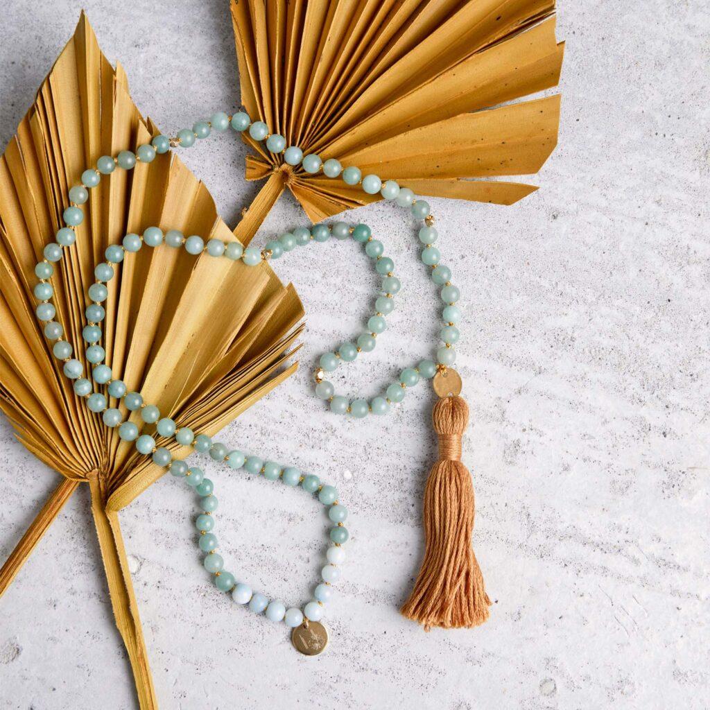 JUST DO IT Mala aus Amazonit und Aventurin Steinen mit goldenen NAIONA Plättchen und Perlen und Quaste und Trockenblumen.