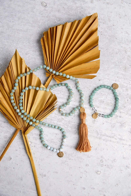 JUST DO IT Mala aus Amazonit und Aventurin Steinen mit goldenen Plättchen und Perlen und Quaste und Armband aus Amazonit und Bergkristall Steinen mit goldenenNAIONA Plättchen und Perlen und Trockenblumen.