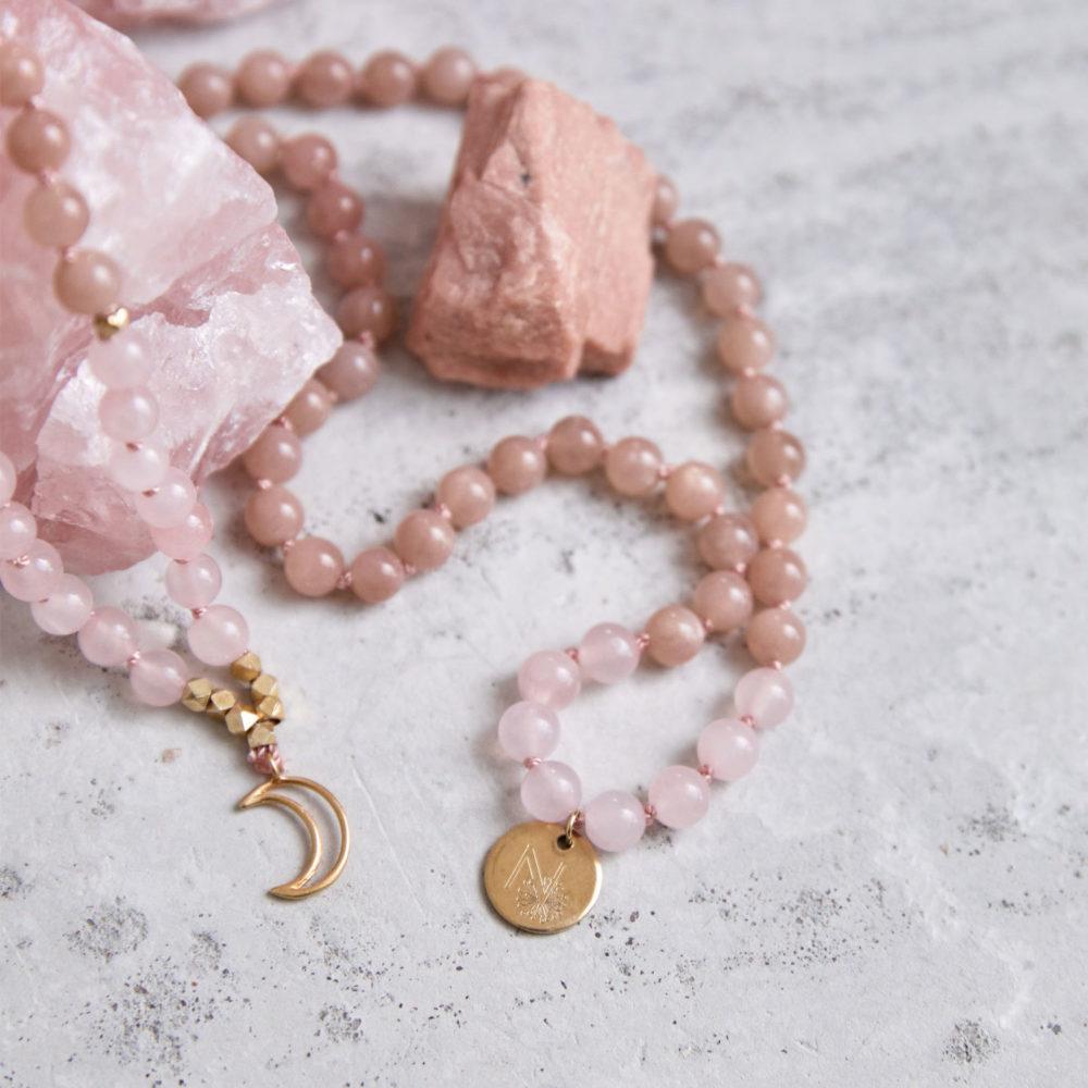 MENTAL MAGIC Mala aus Mondsteinen und Rosenquarz Steinen mit goldenem Mond, NAIONA Plättchen und Perlen und Mondstein und Rosenquarz Stein.