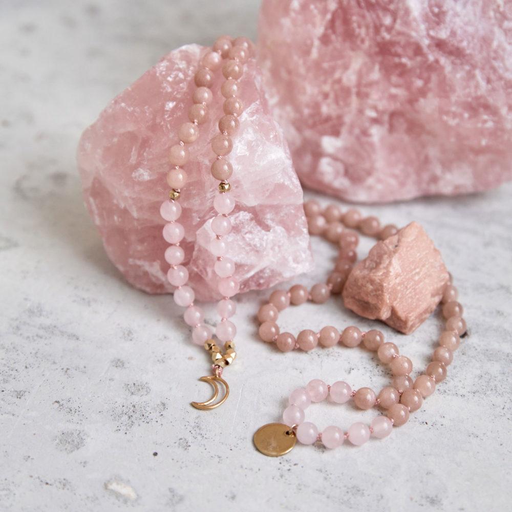 MENTAL MAGIC Mala aus Mondstein und Rosenquarz Steinen mit goldenen Perlen, Mond und NAIONA Plättchen und Mondstein und Rosenquarz Steinen.