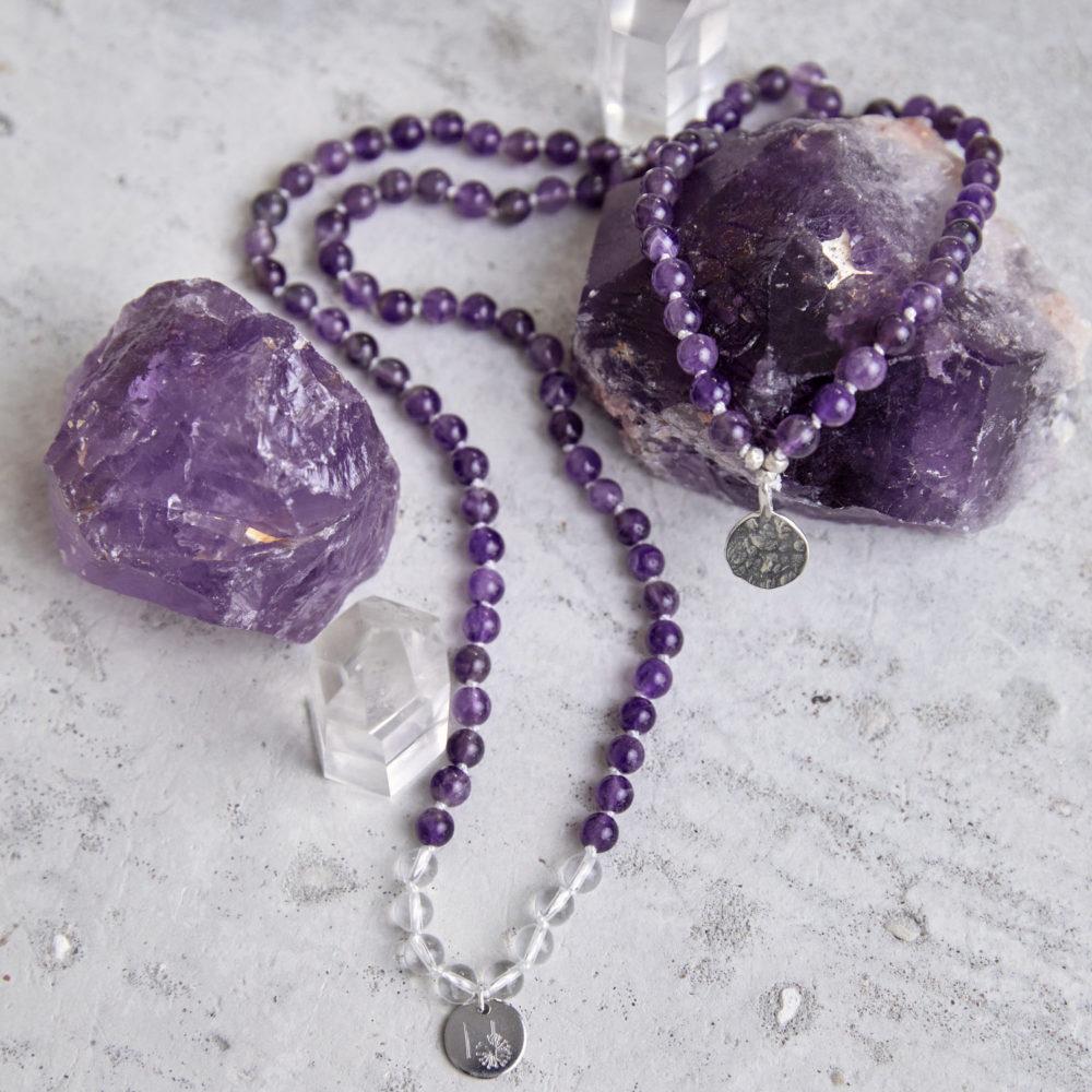 PEACE OF MIND Mala aus Amethyst und Bergkristall Steinen mit silbernen NAIONA Plättchen und Perlen und Amethyst Steine und Bergkristallspitzen.