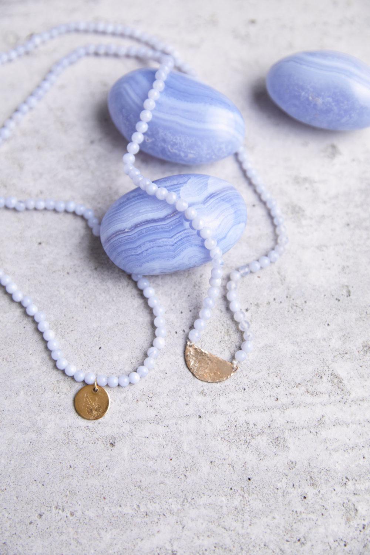 SELF AWARENESS Mala aus Chalcedon Steinen mit goldenen NAIONA Plättchen und Chalcedon Steinen.