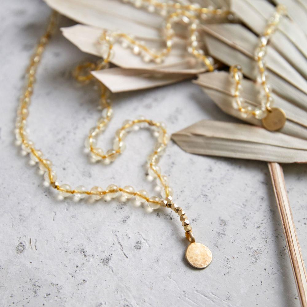 SHINE YOUR LIGHT Mala aus Citrin Steinen mit goldenen Perlen und NAIONA Plättchen und Trockenblumen.