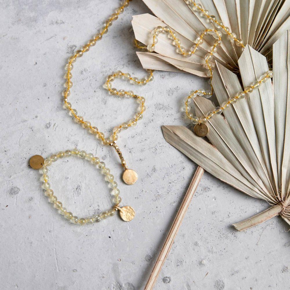 SHINE YOUR LIGHT Mala und Armband aus Citrin Steinen mit goldenen Perlen und NAIONA Plättchen und Trockenblumen.