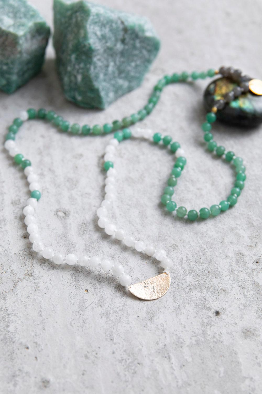 SOUL BIRTH Mala aus weißen Mondsteinen, Aventurin und Labradorit Steinen mit goldenen NAIONA Plättchen und Perlen und Aventurin und Labradorit Steine.