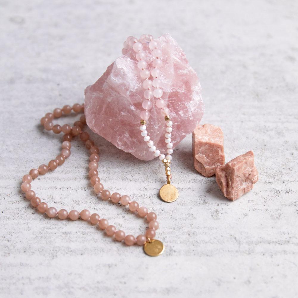 SPIRITUAL GROWTH Mala aus Mondstein, Rosenquarz Steinen und Süßwasserperlen mit goldenen Perlen undNAIONA Plättchen und Rosenquarz Stein und Mondsteine.