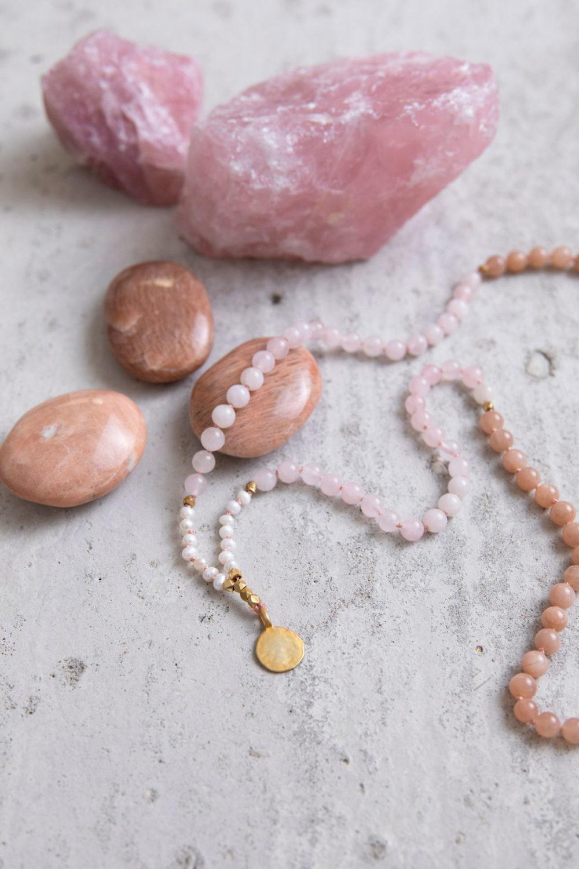 SPIRITUAL GROWTH Mala aus Mondsteinen, Rosenquarz Steinen und Süßwasserperlen mit goldenen Perlen und NAIONA Plättchen und Rosenquarz Steine und Mondsteine.