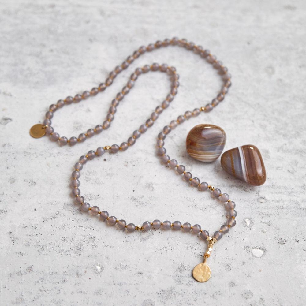 STRONG ROOTS Mala aus Achat Steinen mit goldenen NAIONA Plättchen und Perlen und Achat Steine.