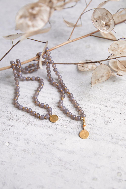 STRONG ROOTS Mala aus Achat Steinen mit goldenen NAIONA Plättchen und Perlen und Trockenblumen.