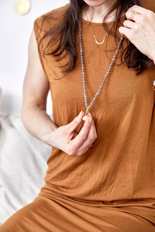 STRONG ROOTS Mala aus Achat Steinen mit goldenen NAIONA Plättchen und Perlen und Ringe und MOONCHILD Kette. Mood, Pose, Ausschnitt, Hände, Kleid, Mondphasen.