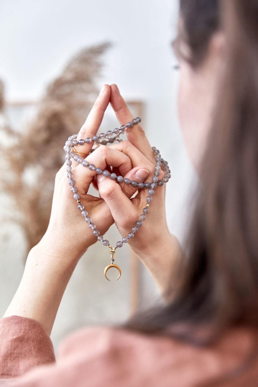 STRONG ROOTS MOON Mala aus Achat Steinen mit goldenem Mond und Perlen. Mood, Pose, Hände, Hemd, Kimono, Ringe, NAIONA.