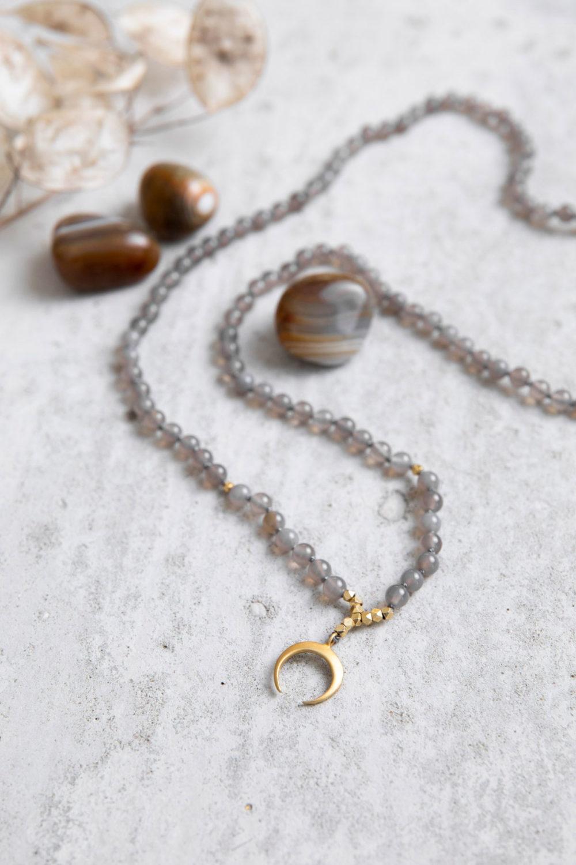 STRONG ROOTS MOON Mala aus Achat Steinen mit goldenem Mond, Perlen und Plättchen und Achat Steine und Trockenblumen, NAIONA.