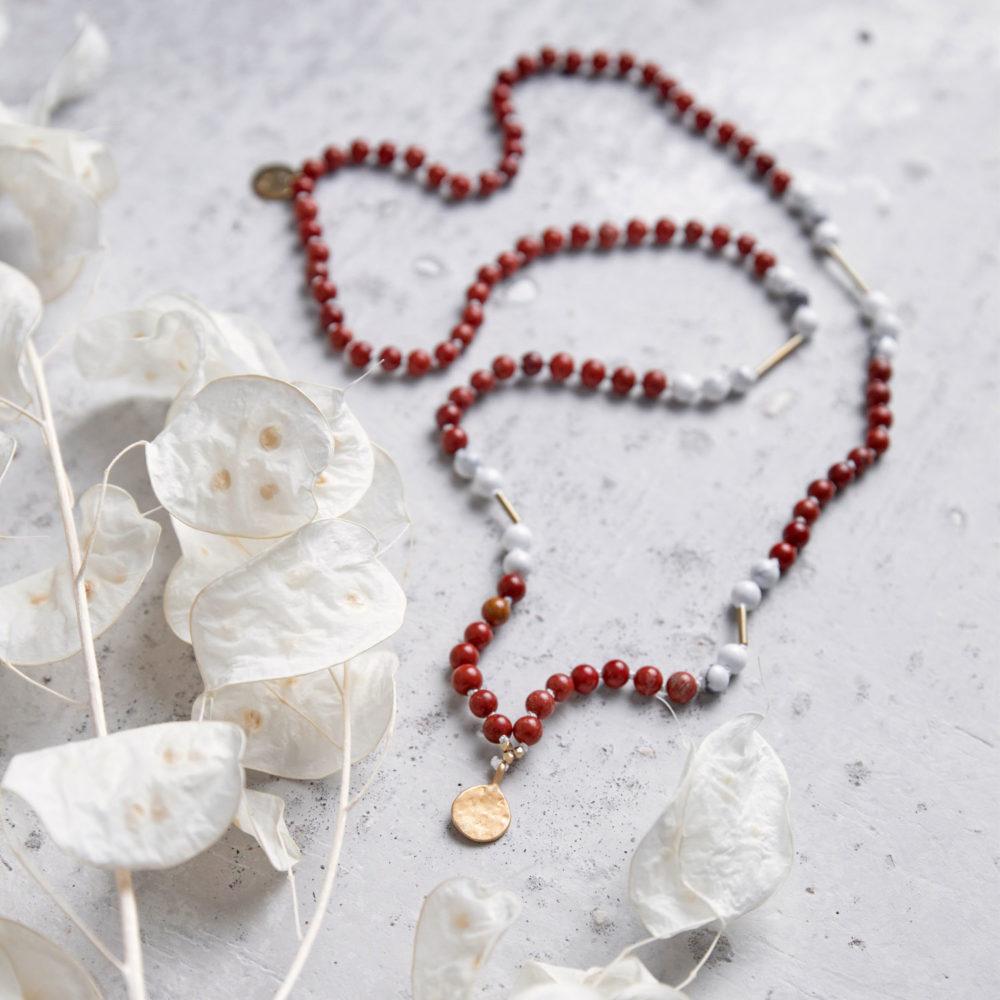 SUPER POWER Mala aus rotem Jaspis und Magnesit Steinen mit goldenen Röhrchen und NAIONA Plättchen und Trockenblumen.