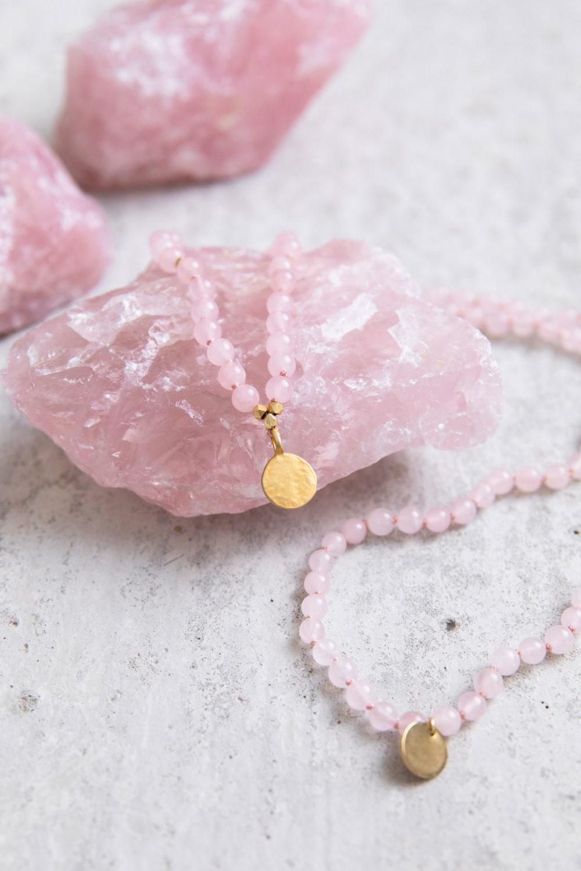 TRUE LOVE Mala aus Rosenquarz Steinen mit goldenen Plättchen und Perlen und Rosenquarz Steine, NAIONA.